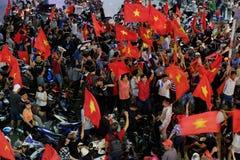 Partidario vietnamita del fútbol abajo del camino Imágenes de archivo libres de regalías