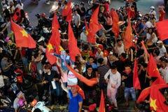 Partidario vietnamita del fútbol abajo del camino Foto de archivo