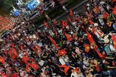 Partidario vietnamita del fútbol abajo del camino Fotos de archivo libres de regalías