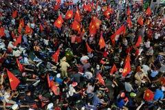 Partidario vietnamita del fútbol abajo del camino Imagen de archivo