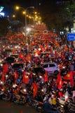 Partidario vietnamita del fútbol abajo del camino Fotos de archivo