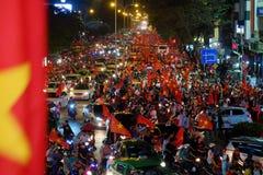Partidario vietnamita del fútbol abajo del camino Imagenes de archivo