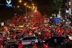 Partidario vietnamita del fútbol abajo del camino Imagen de archivo libre de regalías