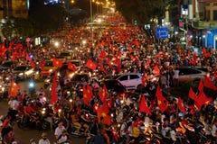 Partidario vietnamita del fútbol abajo del camino Fotografía de archivo libre de regalías