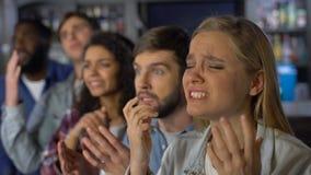 Partidarios del equipo del trastorno que miran campeonato en línea, arraigando para la competencia de la meta almacen de video