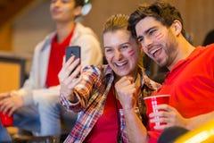Partidarios felices que hacen el selfie foto de archivo