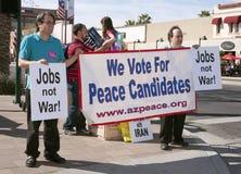 Partidarios y manifestantes en el discusión del GOP Foto de archivo libre de regalías