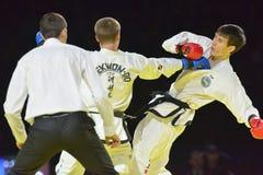 Partido Adlan Bisayev del Taekwondo contra Evgeny Otsimik Imágenes de archivo libres de regalías