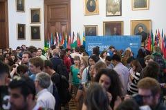 Partido agradable para los nuevos estudiantes en la universidad de Oporto en la gran nave de montaje Fotografía de archivo libre de regalías