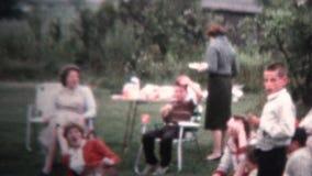 1958 - Partido al aire libre del Cookout de la comida campestre almacen de video
