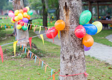 Partido al aire libre en el jardín adornado con los globos coloridos Fotografía de archivo