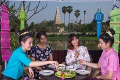 Partido asiático joven hermoso de la muchacha al aire libre Foto de archivo libre de regalías