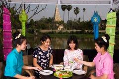 Partido asiático joven hermoso de la muchacha al aire libre Fotografía de archivo