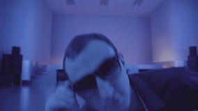 Partido-asistente muy fresco en las gafas de sol que bailan en club nocturno almacen de video