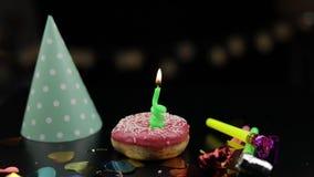 Partido Bu?uelo rosado y una vela festiva roja en ella Ca?da de oro del confeti almacen de metraje de vídeo