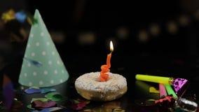 Partido Bu?uelo rosado y una vela festiva roja en ella Ca?da de oro del confeti almacen de video