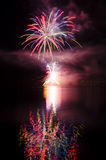 Partido con la demostración colorida de los fuegos artificiales Foto de archivo