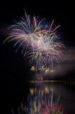 Partido con la demostración colorida de los fuegos artificiales Imagenes de archivo