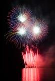 Partido con la demostración colorida de los fuegos artificiales Fotos de archivo