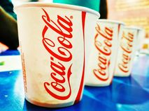 Partido da coca-cola com amigos foto de stock royalty free