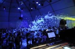 Partido da espuma do clube noturno, dança dos adolescentes Fotografia de Stock Royalty Free