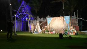 Partido da noite com a decoração na praia de Hua Hin em Prachuap Khiri Khan, Tailândia vídeos de arquivo