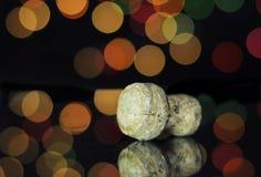 Partido da véspera de ano novo feliz com o close up na cortiça da garrafa do champanhe Fotografia de Stock