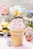 Partido das crianças: cone de gelado cor-de-rosa Fotos de Stock