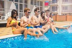 Partido de amigos en la piscina smimming Imágenes de archivo libres de regalías