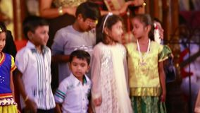 Partido de baile del ` s de los niños Tres muchachas y cuatro muchachos almacen de metraje de vídeo