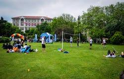 Partido de balonvolea en festival de los deportes Imagen de archivo libre de regalías