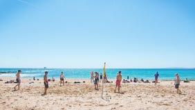 Partido de balonvolea en una playa Foto de archivo libre de regalías