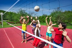 Partido de balonvolea entre los niños que juegan activamente Fotos de archivo