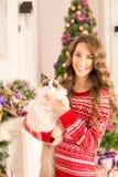Partido de Christmans, mujer de las vacaciones de invierno con el gato Muchacha del Año Nuevo Fotos de archivo libres de regalías