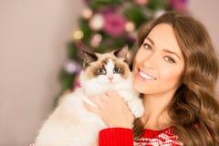Partido de Christmans, mujer de las vacaciones de invierno con el gato Muchacha del Año Nuevo Foto de archivo libre de regalías