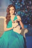 Partido de Christmans, mujer de las vacaciones de invierno con el gato Muchacha del Año Nuevo Imagen de archivo
