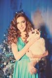 Partido de Christmans, mujer de las vacaciones de invierno con el gato Muchacha del Año Nuevo Foto de archivo