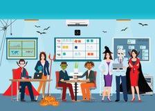 Partido de escritório de Dia das Bruxas com os povos no traje diferente do monstro Fotos de Stock