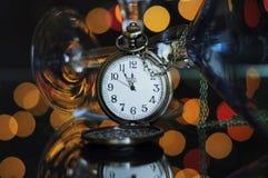 Partido de Eve de la Feliz Año Nuevo con el reloj de bolsillo con cinco al tiempo de medianoche Foto de archivo