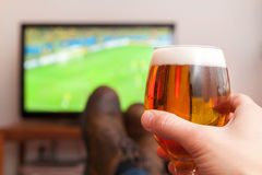 partido de fútbol con el vidrio de cerveza Fotografía de archivo libre de regalías