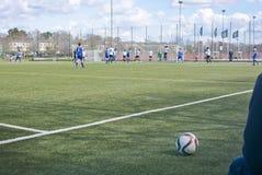Partido de fútbol del fútbol en hierba artificial Fotografía de archivo libre de regalías