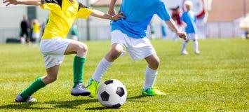 Partido de fútbol del fútbol para los niños Muchachos que juegan al partido de fútbol Imagen de archivo
