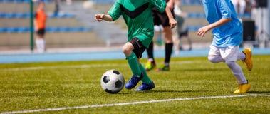 Partido de fútbol del fútbol para los niños Niños que juegan el partido de fútbol de TouFootball del juego de fútbol para los niñ Imagenes de archivo