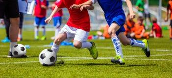 Partido de fútbol del fútbol para los niños niños que juegan el torneo del juego de fútbol Fotos de archivo libres de regalías