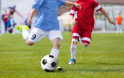 Partido de fútbol del fútbol para los niños niños que juegan el torneo del juego de fútbol Imágenes de archivo libres de regalías