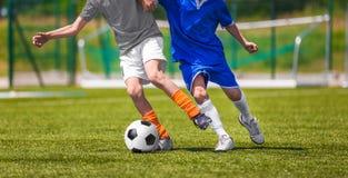 Partido de fútbol del fútbol para los niños niños que juegan el torneo del juego de fútbol Imagenes de archivo