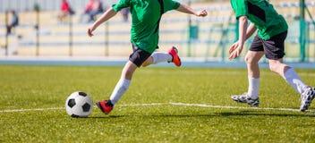 Partido de fútbol del fútbol para los niños niños que juegan tou del juego de fútbol Imagenes de archivo