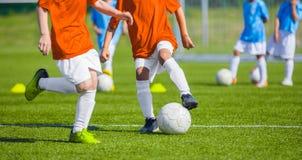 Partido de fútbol del fútbol para los niños niños que juegan tou del juego de fútbol Imagen de archivo libre de regalías