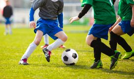 Partido de fútbol del fútbol para los niños niños que juegan tou del juego de fútbol Fotografía de archivo libre de regalías