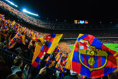 Partido de fútbol del FC Barcelona - paisaje del partido con los indicadores y los ventiladores imagenes de archivo